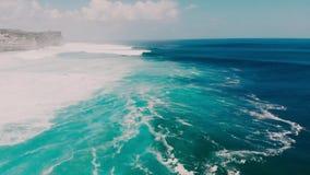 Flyg- sikt på det blåa havet med stora stormiga vågor i Bali arkivfilmer