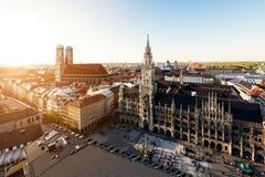 Flyg- sikt på det hal Munich gamla stadshuset eller Marienplatz staden royaltyfria bilder