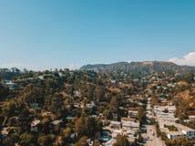 Flyg- sikt på det Hollywood teckenområdet i Los Angeles arkivfoto
