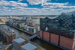 Flyg- sikt på Elbphilharmonie i Hamburg Sommarstadslandskap arkivfoto