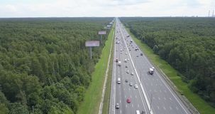 Flyg- sikt på en bred huvudväg med tung trafik lager videofilmer