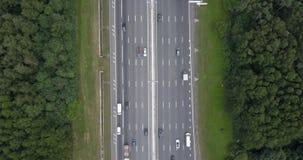 Flyg- sikt på en bred huvudväg med tung trafik Tid schackningsperiod stock video