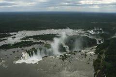 Flyg- sikt på en molnig dag över Iguazu Falls Arkivbild