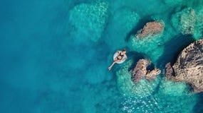 Flyg- sikt på flickan på havsyttersida Royaltyfria Bilder