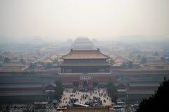 Flyg- sikt på Forbidden City, gugong, med smog i Peking, KINA, traditionell kinesisk arkitektur royaltyfri bild