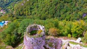 Flyg- sikt på forntida torn av den Anacopia fästningen stock video