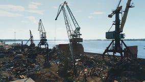 Flyg- sikt på havsport, portkranar, lastningsbryggakran arkivfilmer