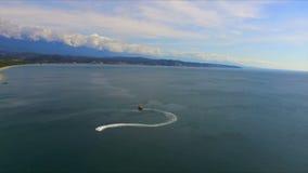 Flyg- sikt på havsyttersida med vattensparkcykeln arkivfilmer