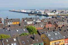 Flyg- sikt på hus och hamnen av den tyska ön Helgoland Arkivbild