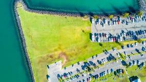Flyg- sikt på ingången till marina med fartyg som vilar längs pir och bilarna som väntar på parkeringsplatsen Auckland nytt Z Royaltyfri Fotografi