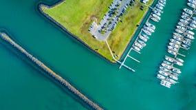Flyg- sikt på ingången till marina med fartyg som vilar längs pir och bilarna som väntar på parkeringsplatsen Auckland nytt Z Arkivbilder