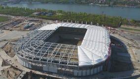 Flyg- sikt på konstruktion och rekonstruktion av fotbollsarena Rekonstruktion av stadion till värdsmatcher av världen arkivfilmer