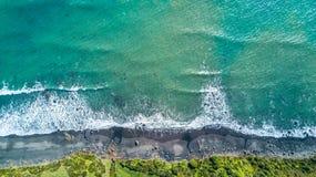 Flyg- sikt på kusten av det Tasman havet nära nya Plymouth på den soliga dagen Taranaki region, Nya Zeeland Arkivfoton
