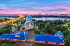 Flyg- sikt på kyrka på skymning i Orekhovo-Borisovo, Moskva arkivfoto