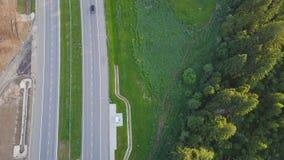 Flyg- sikt på landshuvudvägen som passerar nära skog i vintergröna nordliga skogar gem Bästa sikt av motorwayen Arkivfoton