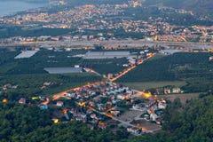 Flyg- sikt på liten stadsemesterorten Kiris och Camyuva, natt arkivfoton