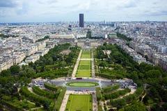 Flyg- sikt p? Mars f?lt och den Montparnasse byggnaden fr?n Eiffeltorn i Paris, Frankrike, Juni 25, 2013 arkivfoton
