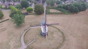 Flyg- sikt på morgonrodnadväderkvarnen i Baexem arkivfilmer