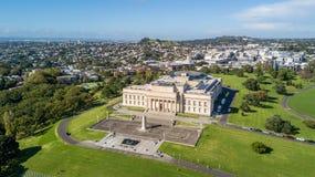 Flyg- sikt på museum för Auckland områdes- och krigminnesmärke med bostads- förort på bakgrunden auckland New Zealand Royaltyfri Fotografi