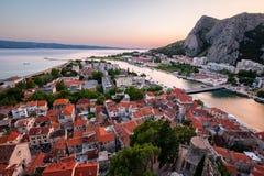 Flyg- sikt på Omis den gamla staden och Cetina floden, Dalmatia Arkivfoto