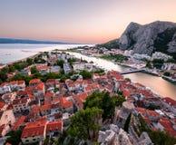 Flyg- sikt på Omis den gamla staden och Cetina floden, Dalmatia Royaltyfri Bild