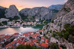 Flyg- sikt på Omis den gamla staden och Cetina flodklyftan, Dalmatia Royaltyfri Fotografi