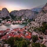 Flyg- sikt på Omis den gamla staden och Cetina flodklyftan, Dalmatia Arkivfoto