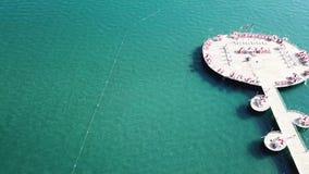Flyg- sikt på pir av det lyxiga hotellet, blå havsbakgrund video Flyg- vattenvilla för bästa sikt på den Maldiverna ön stock video