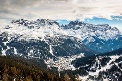 Flyg- sikt på Ski Resort av Madonna di Campiglio, italienska fjällängar Fotografering för Bildbyråer
