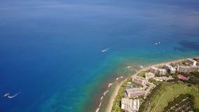 Flyg- sikt på Stilla havet, lyxig semesterorthyatt på kustlinjen och underbar natur av ön maui, hawaii stock video