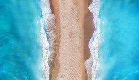 Flyg- sikt på stranden Turkosvattenbakgrund från bästa sikt Sommarseascape från luft arkivbild