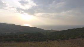 Flyg- sikt på Taiwan med havskusten och solnedgångbakgrund skjutit Flyg- sikt av solmåne sjön, Taiwan stock video