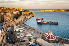 Flyg- sikt på Valletta och storslagen hamn från Barrakka trädgårdar Arkivfoton