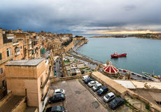 Flyg- sikt på Valletta och storslagen hamn från Barrakka trädgårdar Arkivbilder