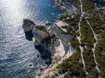 Flyg- sikt på vita kalkstenklippor, klippor Bonifacio corsica france Arkivbild