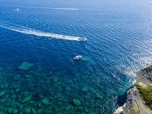 Flyg- sikt på vita kalkstenklippor, klippor Bonifacio Fartyg som seglar med turister corsica france Royaltyfri Bild