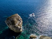 Flyg- sikt på vita kalkstenklippor, klippor Bonifacio Fartyg som seglar med turister corsica france Royaltyfri Foto
