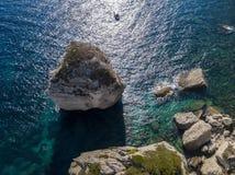Flyg- sikt på vita kalkstenklippor, klippor Bonifacio Fartyg som seglar med turister corsica france Royaltyfria Bilder