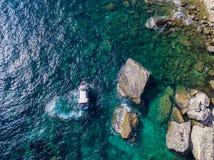 Flyg- sikt på vita kalkstenklippor, klippor Bonifacio Fartyg som seglar med turister corsica france Arkivfoto
