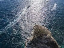 Flyg- sikt på vita kalkstenklippor, klippor Bonifacio Fartyg som seglar med turister corsica france Arkivbilder