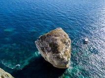 Flyg- sikt på vita kalkstenklippor, klippor Bonifacio Fartyg som seglar med turister corsica france Royaltyfri Fotografi