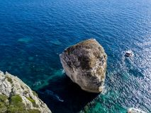 Flyg- sikt på vita kalkstenklippor, klippor Bonifacio Fartyg som seglar med turister corsica france Fotografering för Bildbyråer