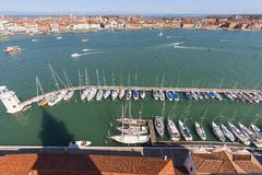 Flyg- sikt på yachtport på den San Giorgio Maggiore ön, Venedig, Italien Arkivfoton