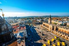 Flyg- sikt på den huvudsakliga marknadsfyrkanten i Krakow Arkivfoton