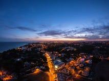 Flyg- sikt p? staden p? natten, Albufeira, Portugal Upplysta gator p? solnedg?ngen fotografering för bildbyråer