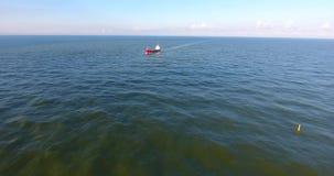 Flyg- sikt: rörelse från kusten till skeppet stock video