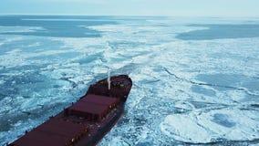 flyg- sikt Skeppet seglar till och med havsisen i vintern, närbild stock video