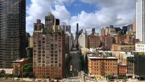 Flyg- sikt som ser ner den 1st avenyn i Manhattan lager videofilmer