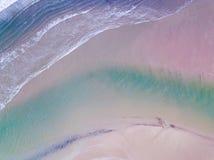 Flyg- sikt som ser ner på en walesisk strand i UK royaltyfri foto