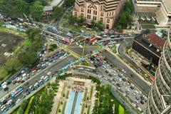 Flyg- sikt som ser ner på mycket upptagen genomskärning med tung trafik arkivbilder